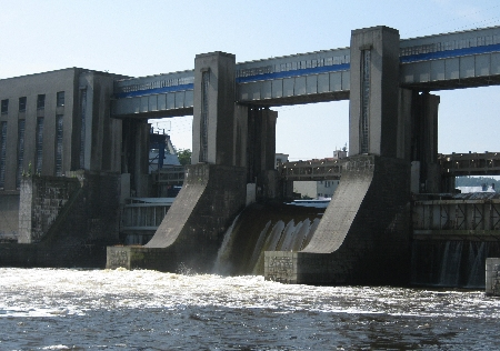 Dam and  Hydro-electric plant on the Vltava at Vrané © Ricky Yates