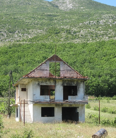 War damaged house near Knin © Ricky Yates