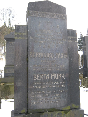 Headstone with text in Hebrew and German in the Jewish cemetery in Boskovice © Ricky Yates