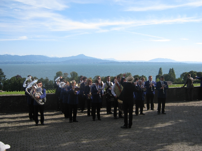 Band playing on the terrace in Perroy © Ricky Yates