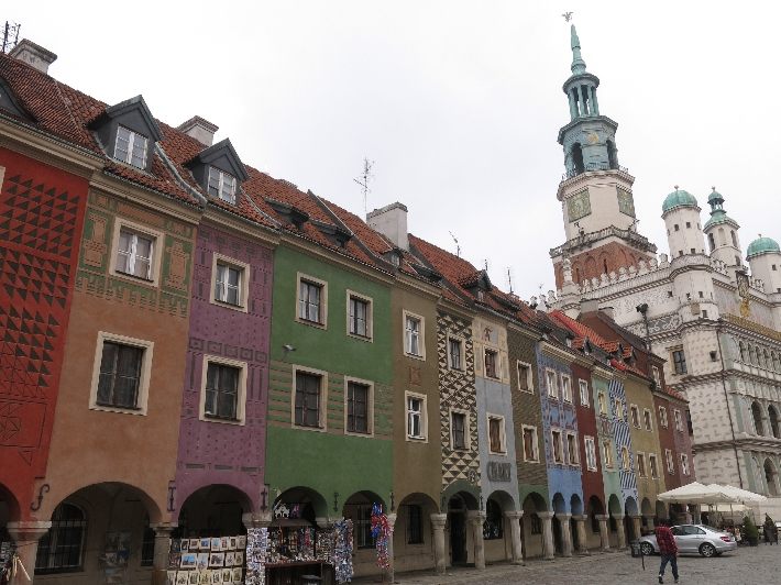 Arcaded buildings in the market square of Poznan © Sybille Yates