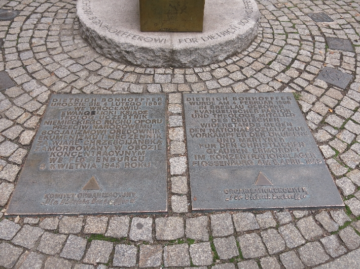 Plaques below the memorial. In Polish on the left, in German on the right © Sybille Yates