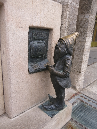 Wroclaw dwarf at the ATM © Sybille Yates