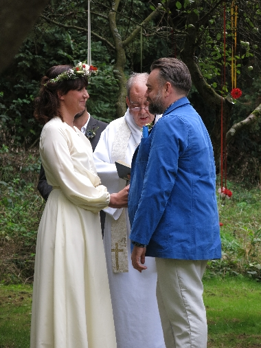 Michaela & Paul making their marriage vows to each other © Sybille Yates