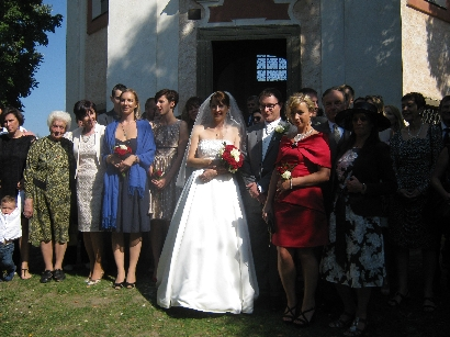 The newly married couple with family & friends © Ricky Yates