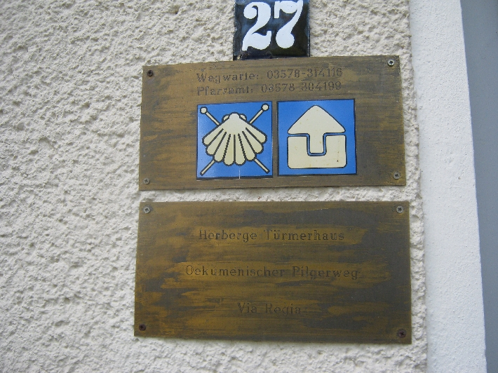 Brass plaque outside the Kamenz Pilgerherberge © Ricky Yates